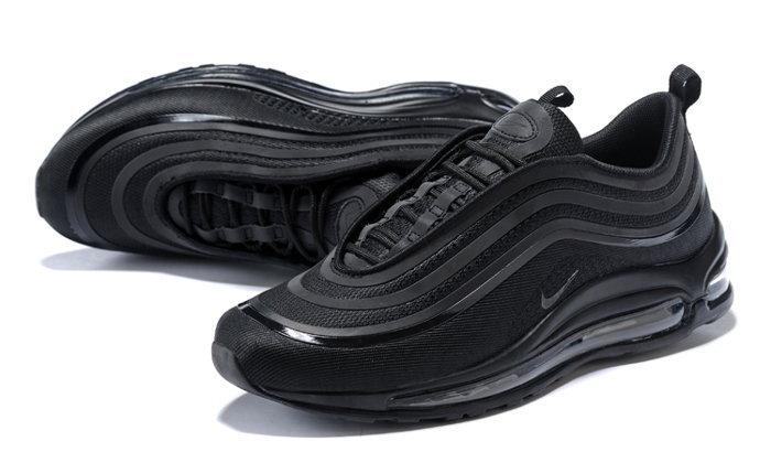 รวม 8 Black Sneaker สีดำสุดคลาสสิก เพิ่มลุคเท่ๆ ให้คุณ