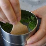 1. กรองผงชาเขียวด้วยที่กรองชาก่อน เพื่อให้ได้ผงชาที่ละเอียด