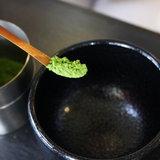 2. ตักผงที่กรองแล้วใส่ถ้วยและตีให้ละลายกับน้ำร้อนด้วยแปรงชงชาเขียว