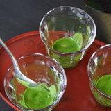 3. ตักชาเขียวใส่ในแก้วที่เตรียมไว้ แล้วเติมเบียร์ลงไป