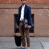 วิธีใส่เสื้อสูทกับรองเท้าผ้าใบ