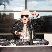 1. รัตช์ ฟลาวเวอร์ส คุณยาย ที่ตัดสินใจเป็นดีเจ แบบดนตรีอิเล็คโทรนิค และสนุกสุดเหวี่ยงไปกับเครื่องเทิร์นเทเบิลในวัย 72 ปี