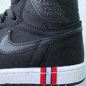 Air Jordan 1 High แซมด้วยสีแดง