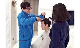 """ภาพประทับใจ """"เฉินหลง"""" ตัดผมต้อนรับชีวิตใหม่ให้ """"เจย์ซี ชาน"""""""