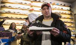 ชาวเยอรมันแห่ซื้อรองเท้าผ้าใบ adidas ลายเก้าอี้รถไฟใต้ดินจนหมดเกลี้ยง