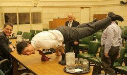 """""""จัสติน ทรูโด"""" ผู้นำแคนาดาสุดหล่อโชว์สกิลยิมนาสติก"""