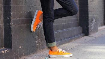 ฮิตเวอร์!! วิธีใส่เสื้อสูทกับรองเท้าผ้าใบ แต่งยังไงให้เท่!