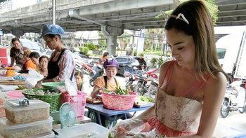 น่ารักอ่ะ น้องพิมพลิน แม่ค้าก๋วยเตี๋ยวลุยสวน ตลาดว่องวานิช