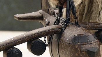 ส่องกระเป๋าเครื่องบิน Louis Vuitton ราคาซื้อคอนโดได้เลย