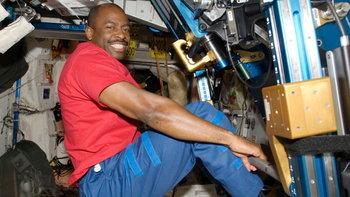 ใช้แล้วทิ้งหรือซักแล้วใช้ใหม่ - นักบินอวกาศทำความสะอาดเสื้อผ้าอย่างไร?