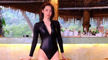 """""""มุกกี้"""" กลับมาแล้ว คราวนี้มาในชุดว่ายน้ำสีดำสุดแซ่บ"""