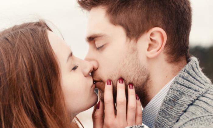 5 สัญญาณที่อาจบอกได้ว่าสาวๆ พร้อมจะมอบจูบแรกให้คุณแล้ว
