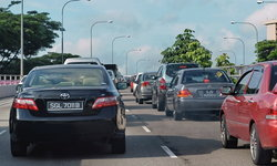 สิงคโปร์ตั้งเป้าลดปริมาณรถยนต์ มุ่งผลักดันขนส่งสาธารณะ