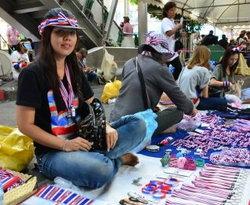 สำรวจตลาดนัดม็อบธงชาติไทย ชมวิถีการชุมนุมของชนชั้นกลาง