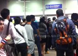 MRT คนแน่นหลังหลายสถานีใกล้เวทีชุมนุม