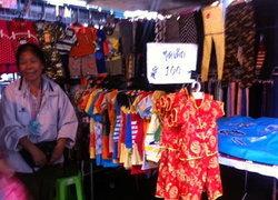 ผู้ค้านำเสื้อตรุษจีนวางขายมวลชนกปปส.สวนลุม