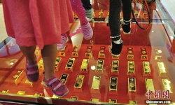 """ห้างจีนโชว์หรูฉลองห้าง ปู""""ทองคำ""""กว่า 300 แท่งเป็นทางเท้า ให้ลูกค้า""""ย่ำเดิน""""เสริมโชคลาภ"""