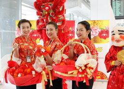 สุวรรณภูมิแจกส้มมงคลรับผู้โดยสารตรุษจีน