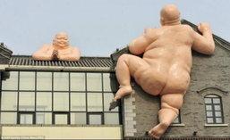 จีนแปลกอีก!ภัตตาคารทำรูปปั้นพระกระโดดกำแพงเรียกลูกค้า