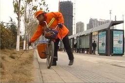 """อึ้ง มหาเศรษฐีจีนสุดยอด รวยแล้ว""""สร้างแบบอย่าง"""" ทำงานเป็น""""พนักงานกวาดถนน-""""ลูก""""ขับแท็กซี่"""