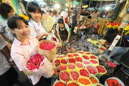 ปากคลองตลาดคึกคักรับวาเลนไทน์ ราคาดอกกุหลาบพุ่ง2เท่าตัว