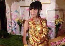 หวือหวา! เจ้าสาวจีนใส่ทอง หลายสิบกิโลเข้าพิธีแต่งงาน