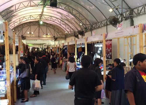ปชช.ร่วมประดิษฐดอกไม้จันทน์ในตลาดคลองผดุงฯ