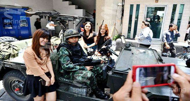 สื่อนอกเผย คนไทยไม่เครียด แห่ถ่ายรูปกับทหาร