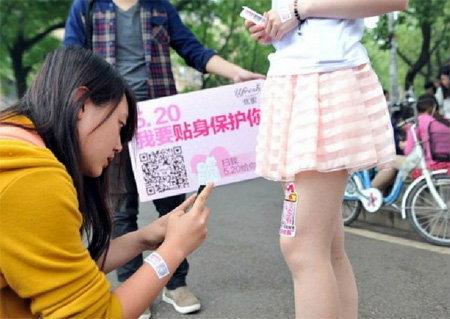 """บ.จีนหัวใส เช่า""""ขาอ่อน""""เหล่านักศึกษาสาว ใช้โฆษณาสินค้า-ยืนนิ่ง ๆ ให้ผู้ชายถ่ายรูป"""