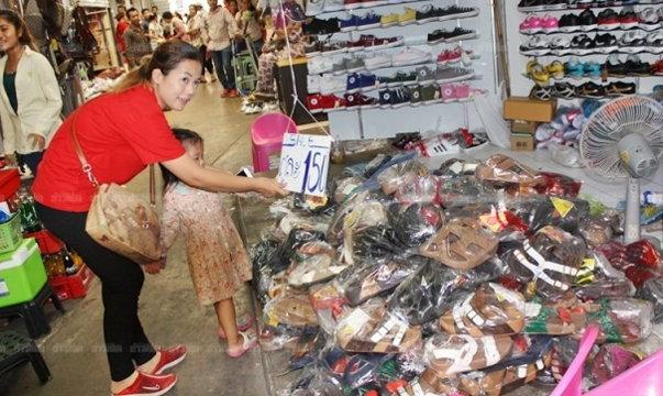 ยอมขาดทุน! พ่อค้าตลาดโรงเกลือเลหลังแบรนด์เนมราคาถูก หลังจนท.บุกจับสินค้าละเมิดลิขสิทธิ์