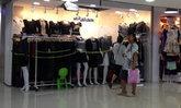 ปชช.เลือกซื้อชุดขาวดำในห้างโลตัสบางกะปิ