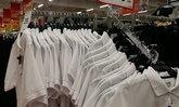 ห้างค้าปลีกวางขายเสื้อผ้าไว้ทุกข์จำนวนมาก
