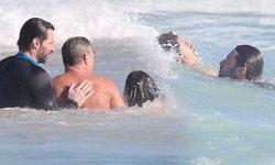 """ฮีโร่นอกจอ! """"ฮิวจ์ แจ็คแมน"""" โดดน้ำช่วยนักท่องเที่ยวถูกคลื่นยักษ์ซัด"""