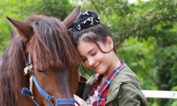 """จ๊อกกี้สาวแสนสวย! """"ออม สุชาร์"""" ไม่หวั่นแม้กลัว ขึ้นหลังม้าโชว์ทักษะใน """"รักพลิกล็อก"""""""