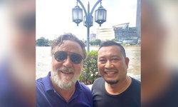"""""""รัสเซล โครว์"""" ตะลุยเที่ยวไทย ล่าสุดทวีตดีใจที่ได้พบฮีโรตำรวจไทยที่เจ้าตัวชื่นชม"""