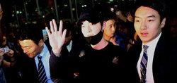 สนามบินแทบแตก! แฟนคลับกรี๊ดสนั่นแห่ต้อนรับ คิมอูบิน