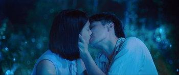 แสงกระสือ จูบ