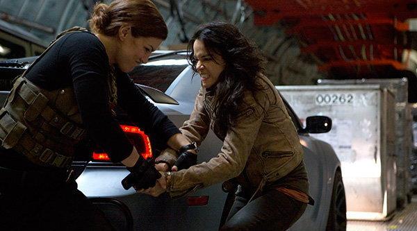 ดูคลิป 2 สาวนักซิ่งอัดกันสุดมันส์ในหนัง Fast 6
