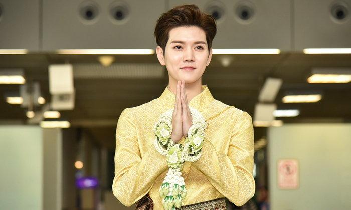 """เกาหลีหล่อในชุดไทย """"เร็น"""" NU'EST W เซอร์ไพรส์แฟนๆ ด้วยลุคคุณพี่หมื่นที่สนามบิน"""