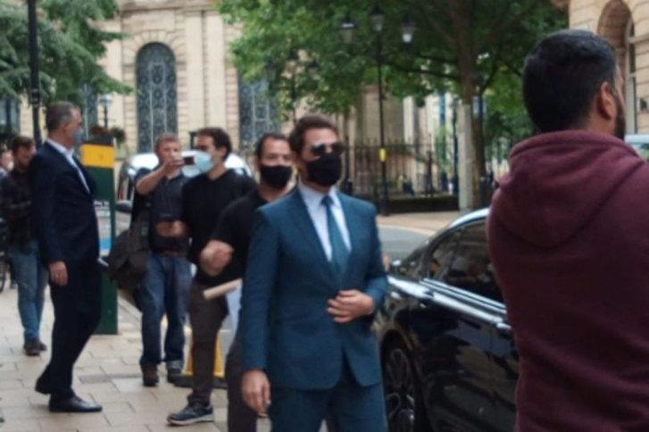 ทอม ครูซ ขณะออกจากโรงแรมแกรนด์ บนถนนเชิร์ช