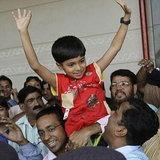 เด็กๆจาก Slumdog Millionaire นั่งเบนซ์กลับบ้านในสลัม