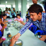 ปั๊บ ยกทีมขอบคุณที่รักกัน เลี้ยงอาหารกลางวันเด็กๆ