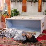 ยุ้ย นอนโลงศพ