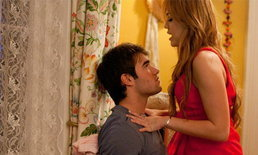 ไมลีย์ ไซรัส แร๊งงงส์! ใส่กุญแจมือหนุ่ม - จับจูบ