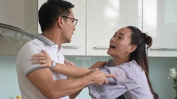 """ป้อง หวิดหมดหล่อ! ถูก บี ปาจานเกี๊ยวใส่หน้า """"เมีย2018"""""""