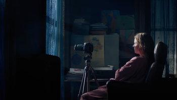 รีวิว The Woman in the Window หยุดได้ไหม นิสัยขี้ส่อง