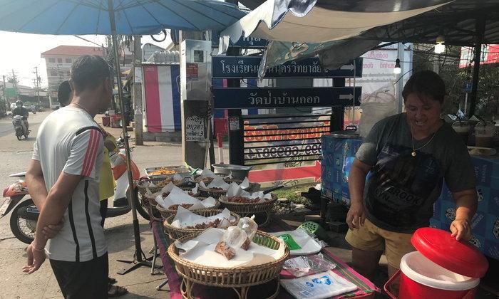 ประชาชนขอนแก่นแห่ซื้อข้าวราดแกงราคา 20 บาท