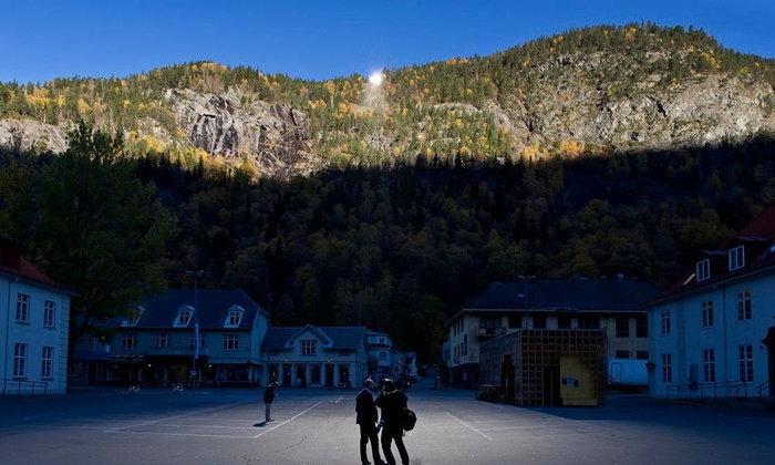 Rjukan หมู่บ้านกลางหุบเขาในนอร์เวย์ที่สลัวด้วยเงามืดถึงปีละ 6 เดือน