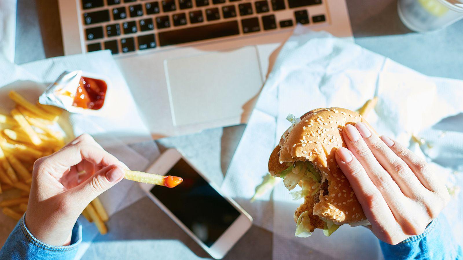 เครียดแล้วกิน ปัญหาโลกแตกของใครหลายคน ทำอย่างไรจึงจะหยุดมันได้