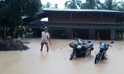 ฝนถล่ม น้ำป่าทะลักท่วมกุยบุรี เจ้าหน้าที่เฝ้าระวัง สั่งอพยพด่วน